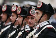 <p>Foto d'archivio di alcuni carabinieri di guardia. REUTERS/Tony Gentile (ITALY)</p>