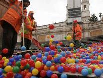 <p>Operatori del Comune tolgono le palline colorate dalla scalinata di Piazza di Spagna a Roma. REUTERS/Remo Casilli (ITALY)</p>