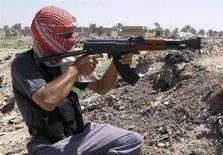 <p>Un militante combatte in Iraq. REUTERS/Helmiy al-Azawi</p>