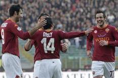<p>I giocatori della Roma festeggiano il gol contro il Catania. REUTERS/Dario Pignatelli</p>