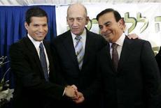 <p>Il primo ministro di Isreaele Ehud Olmert (in mezzo) con l'amministratore delegato di Nissan-Renault Carlos Ghosn (a destra) e Shai Agassi, fondatore del progetto della macchina elettrica in Israele. REUTERS/Ronen Zvulun (JERUSALEM)</p>