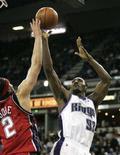"<p>Игрок ""Сакраменто"" Рон Артест (справа) борется за мяч с баскетболистом ""Нью-Джерси"" в матче НБА в Сакраменто 22 января 2008 года. Во вторник вечером в Северной Америке состоялись матчи регулярного чемпионата НБА. (REUTERS/Max Whittaker)</p>"