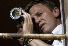 """<p>Актер Дэниел Крейг, исполняющий роль Джеймса Бонда, наблюдает за съемкой нового фильма про агента 007 в итальянском городе Сиена 16 августа 2007 года. Новый фильм о британском супершпионе Джеймсе Бонде, который получил название """"Quantum of Solace"""", агент 007 будет мстить своим врагам на территории Австрии, Италии и Южной Америки. (REUTERS/Marco Bucco)</p>"""