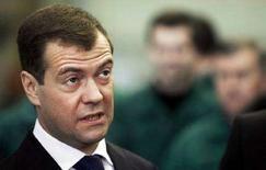 <p>Первый вице-премьер РФ Дмитрий Медведев во время визита авиационного завода в Воронеже 24 января 2008 года. Кандидат в президенты России и наиболее вероятный победитель выборов 2 марта, первый вице-премьер Дмитрий Медведев сообщил в четверг о неизбежных изменениях в системе власти, но не конкретизировал их. (REUTERS/Sergey Ponomarev/Pool)</p>