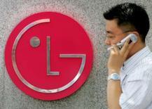 <p>LG Electronics annonce un bénéfice trimestriel augmenté de plus de 12 fois, dopé par la demande d'écrans et de téléphones mobiles. /Photo d'archives/REUTERS/You Sung-Ho</p>