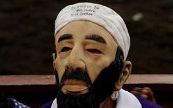 <p>Un uomo indossa una maschera di Osama Bin Laden al tradizionale festival di San Jose in Costa Rica in una foto d'archivio. REUTERS/Juan Carlos Ulate</p>