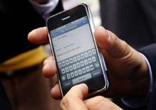 <p>Un iPhone di Apple presentato ai giornalisti. REUTERS/Mike Segar</p>