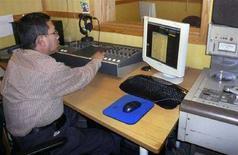<p>In un'immagine di archivio un uomo al lavoro in una radio di Oslo. REUTERS/Wojciech Moskwa</p>