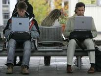 <p>Le nombre d'internautes a augmenté de 4% en France sur un an pour atteindre 31,24 millions en décembre. /Photo d'archives/REUTERS/Michaela Rehle</p>