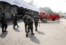 """<p>Военные патрулируют железнодорожный вокзал в столице Шри-Ланки Коломбо после взрыва, 3 февраля 2008 года. В результате взрыва, в причастности к которому подозревают повстанческую группировку """"Тигры освобождения Тамил Илама"""", погибли девять человек и около 100 были ранены. (REUTERS/Buddhika Weerasinghe)</p>"""