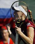 <p>Российская теннисистка Анна Чакветадзе в матче четвертьфинала Кубка Федерации против израильтянки Ципи Обзилер в Рамат-Хашароне 3 февраля 2008 года. Чакветадзе одержала победу над Обзилер со счетом 6:4, 6:2. (REUTERS/Eliana Aponte)</p>