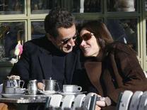 <p>Президент Франции Николя Саркози и его жена Карла в кафе в пригороде Парижа 3 февраля 2008 года. Президент Франции Николя Саркози женился на певице и супермодели Карле Бруни. Церемония бракосочетания состоялась в Елисейском дворце в субботу. (REUTERS/Antoine Gyori)</p>