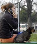 <p>D'après l'Autorité de régulation des télécoms (Arcep), la France comptait 55,36 millions de clients aux services de téléphonie mobile au 31 décembre, soit un taux de pénétration de 87,6%, contre 81,8% un an plus tôt. /Photo d'archives/REUTERS/Ivan Milutinovic</p>