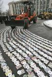 <p>Immagine d'archivio della distruzione di migliaia di cd pirata. REUTERS/Valeriy Bilokryl (UKRAINE)</p>
