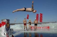 """<p>Un nuotatore invernale si tuffa in un lago ghiacciato nella provincia cinese di Heilongjiang per festeggiare l'""""Anno del Topo"""", il capodanno cinese. REUTERS/China Daily (CHINA) CHINA OUT</p>"""