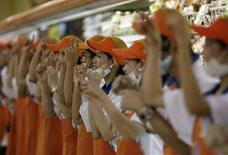"""<p>Dipendenti di un supermercato fanno la """"Papaya dance"""" a Bicutan, a sud di Manila. REUTERS/John Javellana (PHILIPPINES)</p>"""