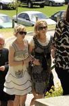 <p>L'attrice Michelle Williams (a sinistra) e la sorella di Heath Ledger Kate arrivano al Penrhos College Private School Grounds per il funerale dell'attore. REUTERS/Patrick Riviere (AUSTRALIA)</p>