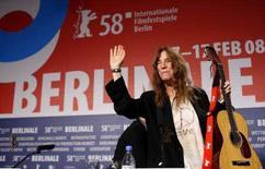"""<p>La musicista americana Patti Smith saluta i fan durante una conferenza stampa di presentazione del documentario a lei dedicato """"Patti Smith: Dream of Life"""" al Festival del cinema di Berlino. REUTERS/Johannes Eisele (GERMANY)</p>"""