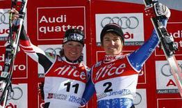 <p>L'austriaca Andrea Fischbacher (a sinistra) e la svizzera Fabienne Suter celebrano la vittoria dopo aver vinto ex-aequo il Super-G di Coppa del mondo al Sestriere. REUTERS/Max Rossi (ITALY)</p>