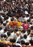 <p>Il corpo del Maharishi Mahesh Yogi trasportato dai devoti durante il funerale. REUTERS/Jitendra Prakash (INDIA)</p>