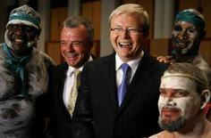 <p>Il primo ministro australiano Kevin Rudd (secondo a destra) con gli aborigeni REUTERS/Mick Tsikas</p>