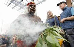 <p>Un aborigeno durante la cerimonia di oggi in Australia REUTERS/Tim Wimborne</p>