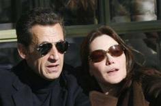 <p>Il presidente francese Nicolas Sarkozy con la moglie Carla Bruni. REUTERS/Antoine Gyori</p>