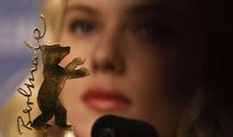 """<p>L'attrice Scarlett Johansson alla conferenza stampa di presentazione del film """"The other Boleyn Girl"""" al Festival del Cinema di Berlino. REUTERS/Tobias Schwarz (GERMANY)</p>"""