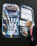 <p>Un visitatore al Mobile World Congress di Barcellona. REUTERS/Albert Gea (SPAIN)</p>