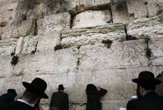 <p>Alcuni ebrei ultraortodossi pregano presso il muro occidentale a Gerusalemme. REUTERS/Ammar Awad (JERUSALEM)</p>