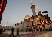 <p>Pellegrini in visita a un tempio islamico a Kerbala, in Iraq. REUTERS/Ceerwan Aziz</p>
