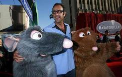 """<p>L'attore Brad Garrett assieme ai personaggi del film della Pixar """"Ratatouille"""" alla prima a Hollywood. REUTERS/Mark Avery</p>"""