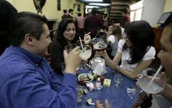 <p>Giovani in un locale in una foto d'archivio. REUTERS/Daniel Aguilar</p>