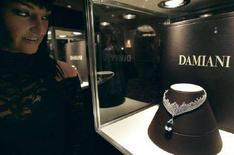 <p>Un gioiello Damiani in mostra a Beverly Hills. REUTERS/Mario Anzuoni</p>