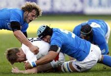 <p>Mauro Bergamasco (a sinistra) e Carlo Antonio Del Fava (a destra) in un momento della partita del Torneo delle Sei Nazioni allo stadio Flaminio di Roma. REUTERS/Giampiero Sposito</p>