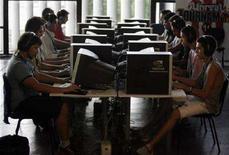 <p>Utenti navigano su Internet. REUTERS/Paulo Whitaker</p>