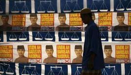 <p>Alcuni manifesti elettorali nel villaggio malesiano di Sabak. REUTERS/Bazuki Muhammad (MALAYSIA)</p>