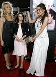 <p>Lindsay Lohan (a destra) insieme alla madre Dina e alla sorella Aliana nel magggio del 2006 a una prima cinematografica a Los Angeles. REUTERS/Mario Anzuoni</p>