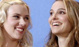 <p>Le attrici Scarlett Johansson (s) e Natalie Portman posano per i fotografi alla prima del film 'The other Boleyn Girl' alla Berlinale 2008. REUTERS/Johannes Eisele</p>