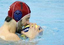<p>Stefano Tempesti morde la palla durante i quarti di finale contro la Spagna ai Campionati mondiali di sport acquatici di Melbourne, il 28 marzo 2007. REUTERS/Nir Elias</p>