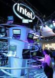 <p>Uno stand di Intel al Consumer Electronics Show di Las Vegas, negli Stati Uniti. REUTERS/Steve Marcus (UNITED STATES)</p>