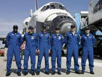 <p>L'equipaggio dello space shuttle Atlantis al Kennedy Space Center a Cape Canaveral, in Florida. REUTERS/John Raoux/Pool (UNITED STATES)</p>