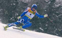 <p>Lo sciatore italiano Manfred Moelgg impegnato a Kranjska Gora, in Slovenia. REUTERS/Petr Josek (SLOVENIA)</p>