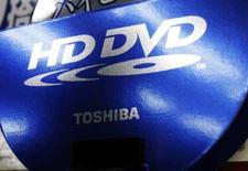 <p>En perdant la bataille du DVD haute-définition, Toshiba risque de perdre près de 100 milliards de yens (640 millions d'euros environ) et il publierait un bénéfice d'exploitation annuel de 250 milliards de yens (1,60 milliard d'euros), en deçà de son objectif, selon le quotidien japonais Nikkei. /Photo prise le 18 février 2008/REUTERS/Issei Kato</p>