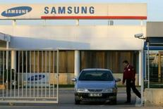 <p>Samsung Electronics, le plus grand constructeur de puces mémoire, dépensera 1.350 milliards de won sud-coréens (880,2 millions d'euros) pour moderniser en 2008 ses lignes de semi-conducteurs. /Photo d'archives/REUTERS/Albert Gea</p>