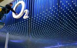 <p>O2, le premier opérateur de téléphonie mobile britannique, va proposer à ses abonnés un service de téléchargement de musique mobile mettant à leur disposition cinq millions de la plate-forme Napster, moyennant 99 pence (1,29 euro) par morceau ou 4 livres (5,19 euros) pour cinq titres. /Photo d'archives/REUTERS/Christian Charisius</p>