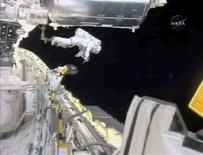 <p>La passeggiata spaziale dell'astronauta Rick Linnehan. REUTERS/NASA TV. FOR EDITORIAL USE ONLY. NOT FOR SALE FOR MARKETING OR ADVERTISING CAMPAIGNS.</p>