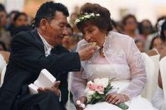 <p>Una coppia di sposi. REUTERS/Enrique Castro-Mendivil (PERU)</p>