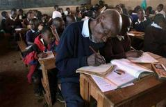<p>Kimani Maruge con i suoi compagni di classe alla scuola elementare Kapkenduiywo di Langas. REUTERS/Thomas Mukoya (KENYA)</p>