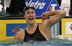 <p>Sophie Edington festeggia il nuovo record mondiale nei 50m dorso femminili a Sydney. REUTERS/Daniel Munoz</p>
